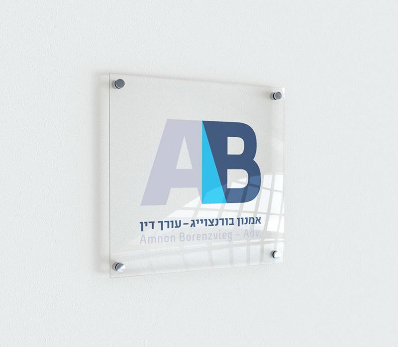 לוגו על קיר
